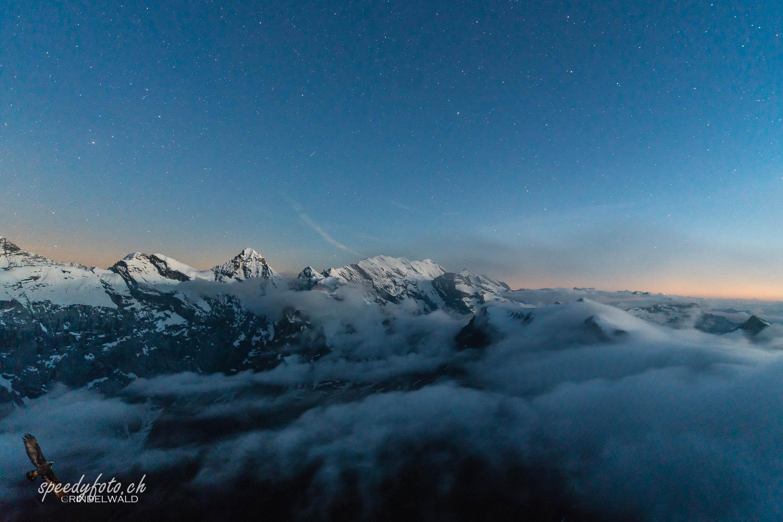 Anfang der Nacht über dem Nebel